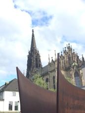 La scultura di Serra con la Cattedrale sullo sfondo