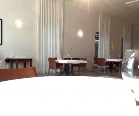 L'ampia ed elegante sala