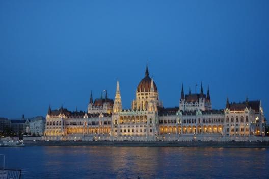 Il parlamento di Budapest in notturna riflesso nel Danubio