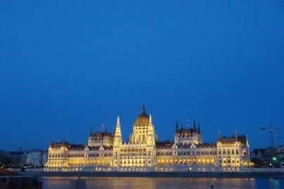 Una vista del Parlamento di Budapest che si riflette sul Danubio