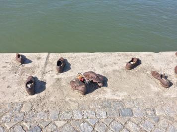 Le scarpe sulla sponda del Danubio