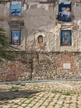 Strani murales fuori la cattedrale