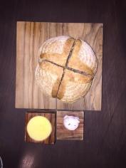 Pane, olio spalmabile e maialino con confettura